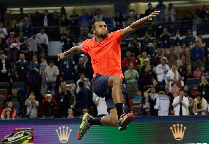 Jo-Wilfred Tsonga celebró el grande el último punto del partido que le ganó a Rafael Nadal, en el Masters 1000 de Shangái, China. (AP)