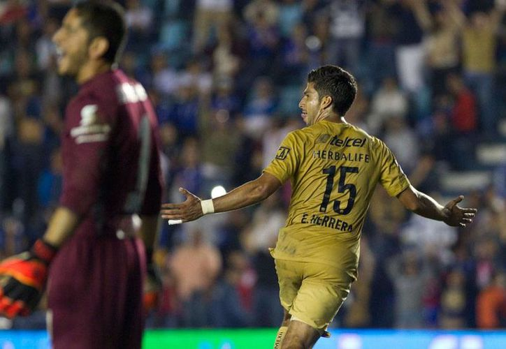 Una 'ayudadita' del árbitro dio a Pumas de la UNAM del primero de dos goles con los que logró vencer a La Máquina del Cruz Azul, en el torneo apertura 2014, de la Liga MX. Ambos están fuera de la Liguilla, pero si ganan sus respectivos encuentros de la próxima jornada, una combinación de resultados puede meterlos a la Liguilla. (AP)