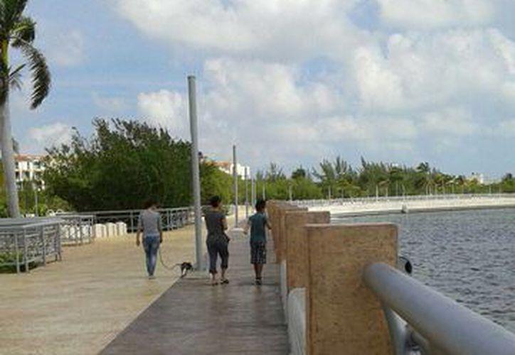 Los visitantes disfrutan del paisaje del lugar. (Israel Leal/SIPSE)