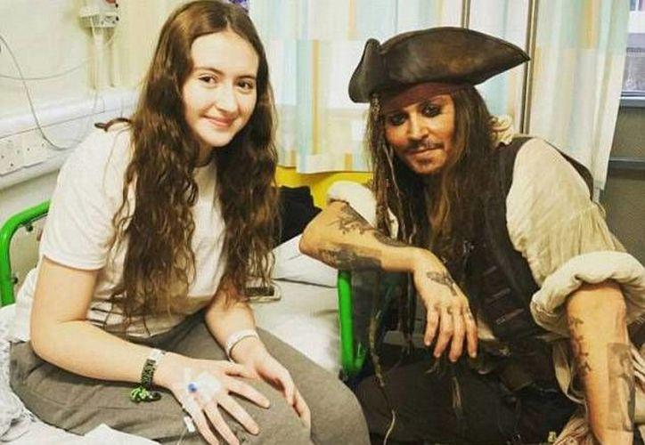 Johnny Depp dejó boquiabiertos a los niños al llegar al hospital caracterizado como su personaje en la saga 'Piratas del Caribe'.(Foto tomada de Twitter/Johnny Depp)