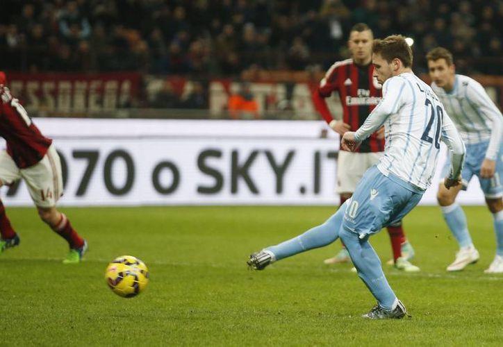 Momento en que Lucas Biglia anota de penal el gol que fue suficiente para que Lazio eliminara al AC MIlan en la Copa de Italia. (Foto: AP)