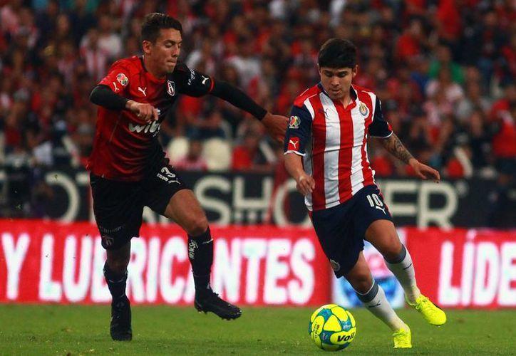 Javier Salas (izq.) del Atlas y Javier Lopez (der.) de Chivas durante el juego de la jornada 6 del Torneo Clausura 2017 de la Liga MX. (Jam media)