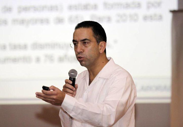 El senador Javier Lozano Alarcón durante su exposición en Mérida. (Christian Ayala/SIPSE)