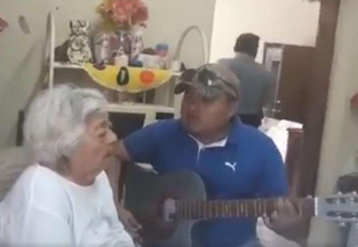Como buena mujer mexicana ella quería escuchar 'algo más fuerte'. (Foto: Captura de pantalla).