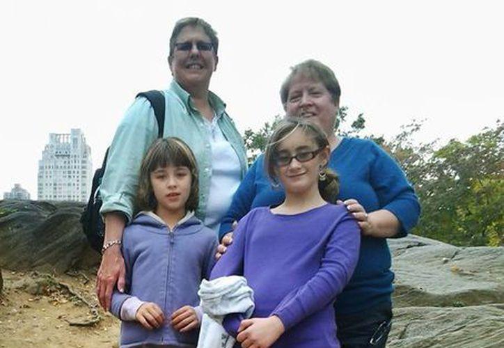 Marianne Duddy-Burke (der), quien es directora ejecutiva del grupo católico LGBT Dignity USA, posa junto a su esposa Becky Duddy-Burke y sus hijas Infinity (izq), y Emily. (Agencias)