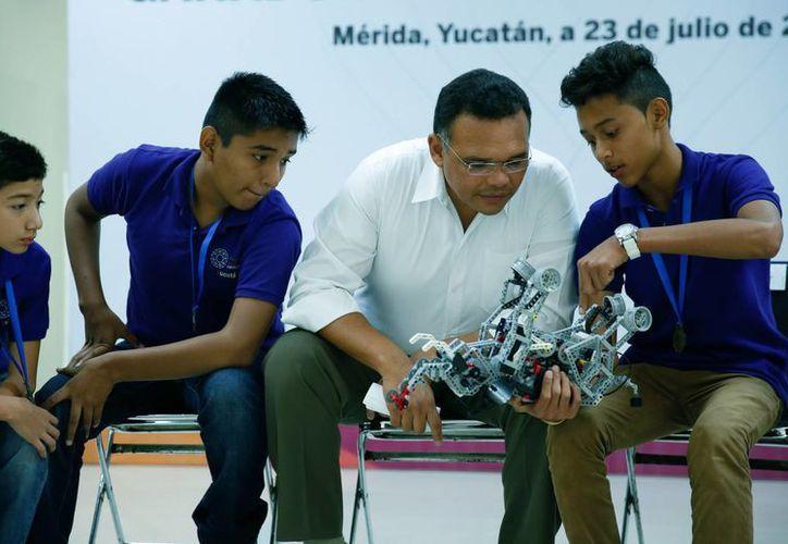 Jóvenes yucatecos visitaron al Gobernador tras obtener el segundo y tercer lugar en la Robotix Faire (Feria de Robótica). (Fotos cortesía del Gobierno estatal)