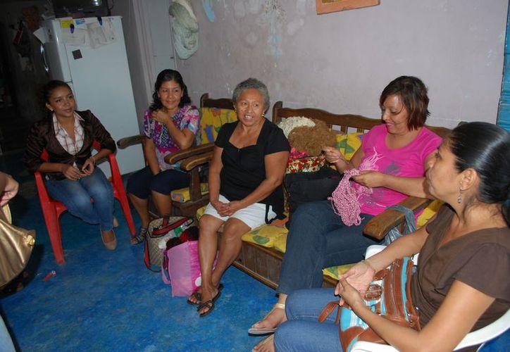 Nueve mujeres, algunas que padecen cáncer, otras con alguna discapacidad y algunas de la tercera edad, son parte del proyecto. (Tomás Álvarez/SIPSE)
