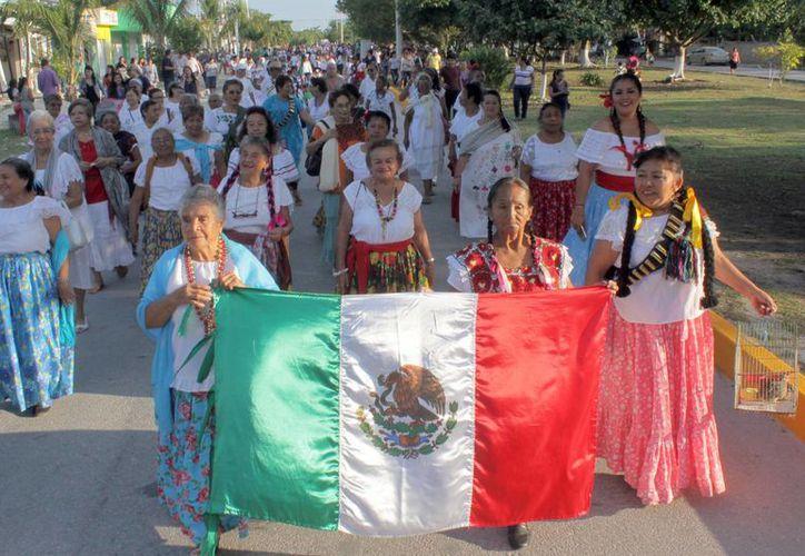 Los estudiantes recorrieron las calles aledañas a las escuelas. (Sergio Orozco/SIPSE)