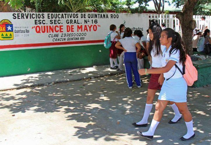 """Realizan obras de remodelación en la secundaria general """"Quince de Mayo"""". (Jesús Tijerina/SIPSE)"""