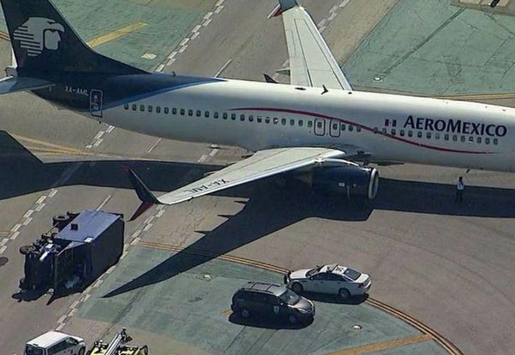 El camión quedó volcado tras el choque con la aeronave. (Foto: @huichol19/Twitter)