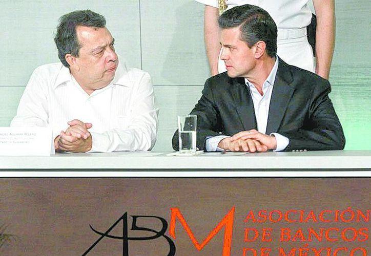 Ángel Aguirre y Enrique Peña en la Convención Bancaria ayer en Acapulco (Milenio).