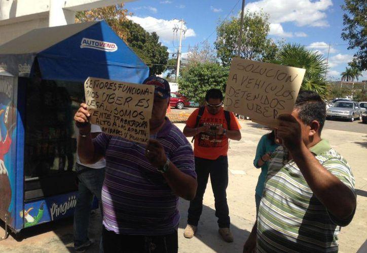 Imagen de la protesta que realizan los socios y operadores de Uber a las afueras de la oficina de la Dirección de Transporte del Estado de Yucatán. (Israel Cárdenas/Milenio Novedades)