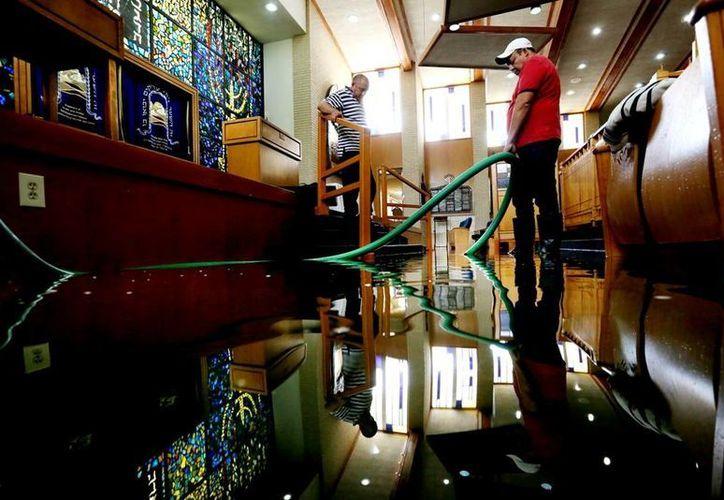 Las inundaciones afectaron a buena parte de la ciudad de Houston. La imagen corresponde a una sinagoga en dicha urbe del estado de Texas, inundada por el desborde de una laguna. (AP)