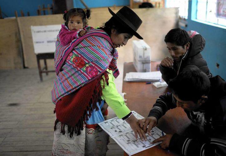 Una indígena quechua participa en las elecciones generales en Iquicha, Perú. La conservadora Keiko Fujimori tendrá que enfrentarse al preferido por los mercados Pedro Kuczynski. (Foto AP/Rodrigo Abd)