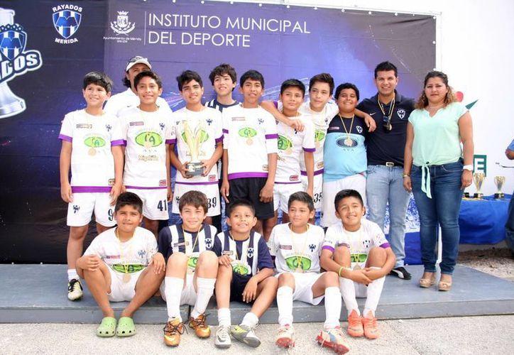 La escuadra de Rayados Blancos con el trofeo de monarcas de Infantil Mayor. (Marco Moreno/SIPSE)