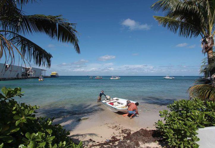 Invitan a los pescadores de la isla para participar en el taller. (Gustavo Villegas/SIPSE)