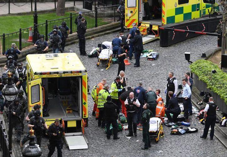 Los servicios de emergencia notificaron la muerte de una mujer que fue atropellada en el incidente ocurrido en el puente. (PA)