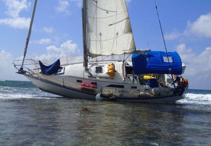 El velero estuvo más de 10 días recostado sobre su lado izquierdo, lo que ocasionó una ruptura derivado del golpeteo con las colonias de coral. (Archivo/SIPSE)