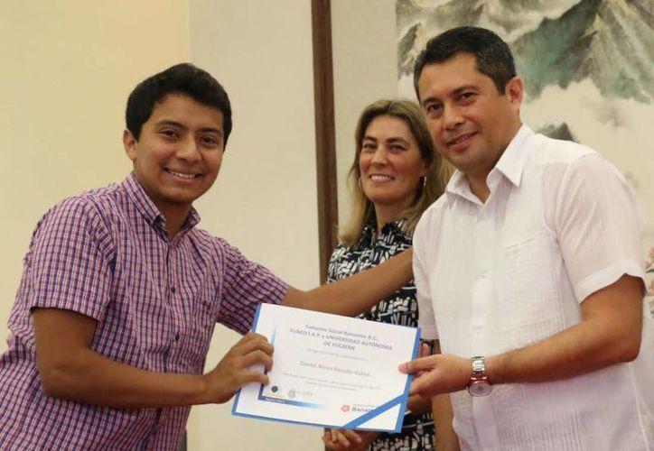 Los 21 estudiantes de la Uady recibieron su certificación por parte del programa Jóvenes de Excelencia promovido por un importante banco. (Milenio Novedades)