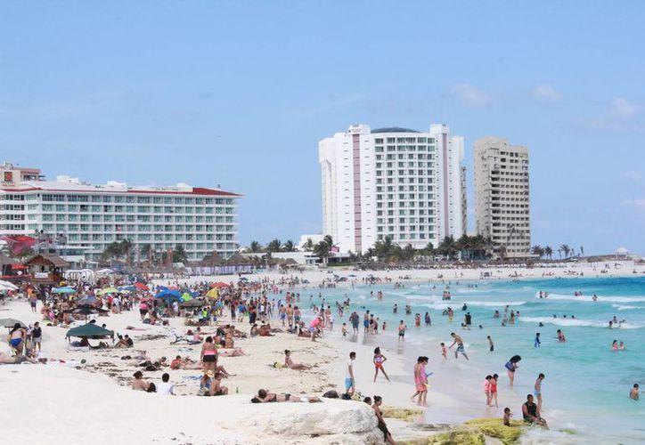 Miles de personas disfrutaron del día soleado en las playas de este destino. (Israel Leal/SIPSE)