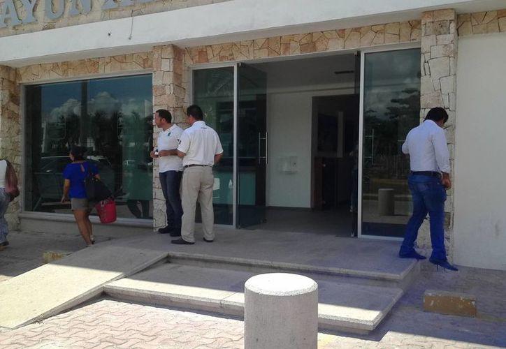 El Ayuntamiento de Tulum operó con las puertas abiertas ayer ante la falta de servicio eléctrico. (Sara Cauich/SIPSE)