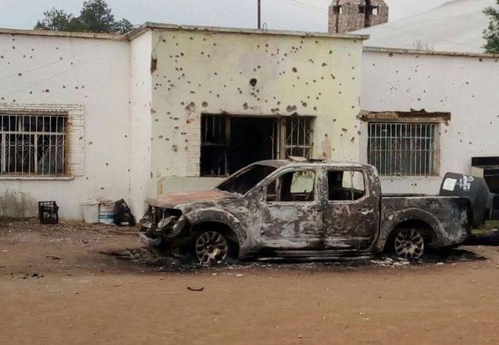 Los elementos de seguridad fueron localizados a un costado de una pick up tipo Frontier de la policía municipal, la cual fue incendiada. (Especial).