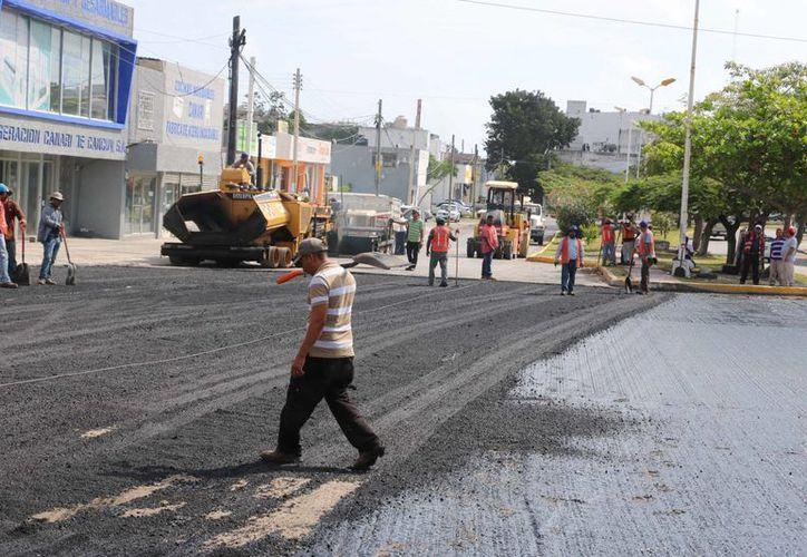 Realizan obras de reencarpetamiento y pavimentación en varios puntos de la ciudad. (Miguel Ángel Ortiz/SIPSE)