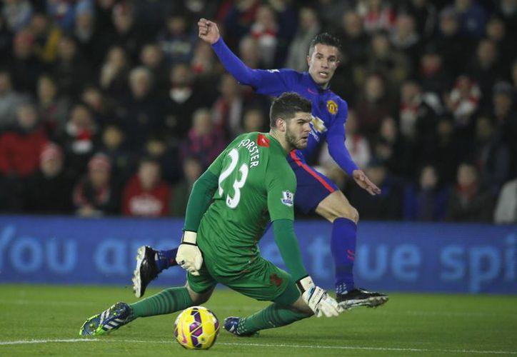 Van Persie coló el balón por debajo de las piernas del arquero Forster para abrir el marcador al minuto 12 en el partido Southampton vs Manchester United en Liga Premier. (Foto:AP)