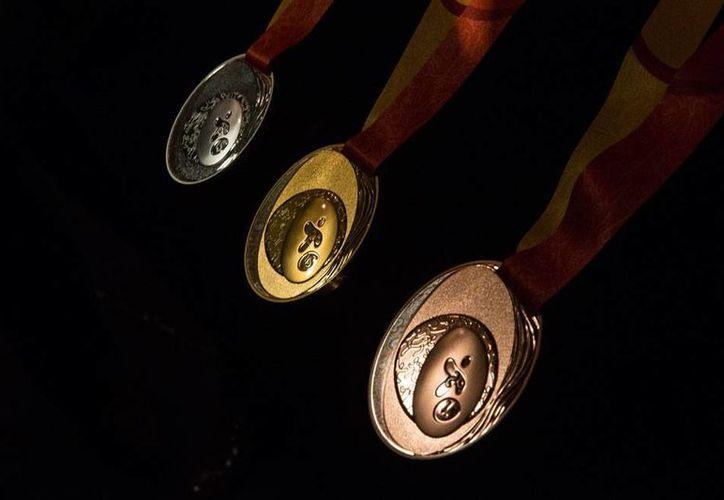 Este martes se mostraron las medallas que se darán a los ganadores de las competencias en los Panamericanos de Canadá 2015. (AP)