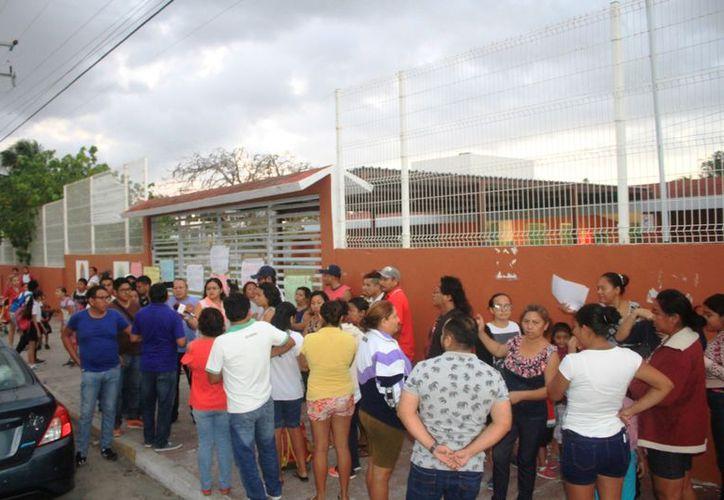 Luego de comprobar que el director había sido removido, las escuela reinició clases. (Foto: Joel Zamora)