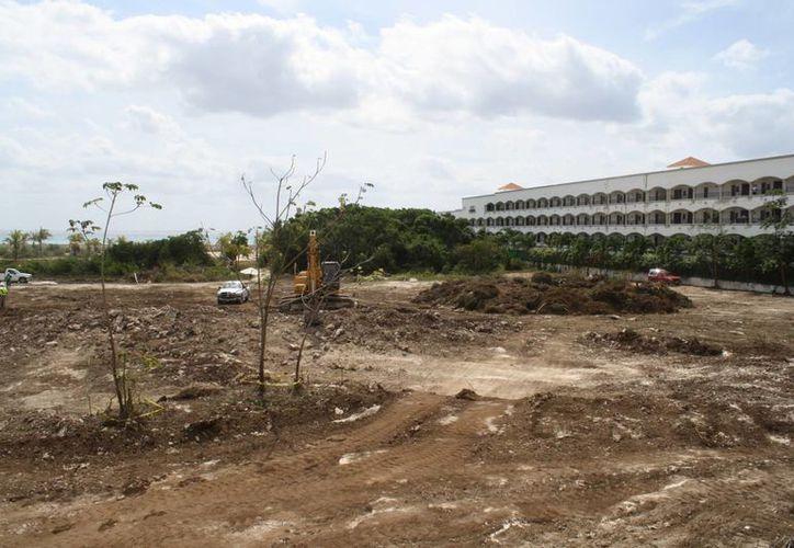 La destrucción la realizan con maquinaria pesada. (Yenny Gaona/SIPSE)