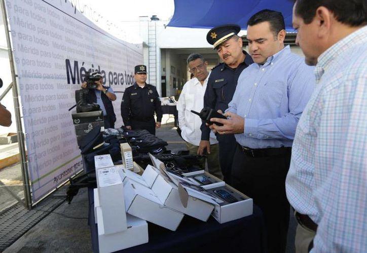 El titular de la ANAC, Renán Barrera Concha, dijo que la iniciativa federal no aborda cómo será financiado el Mando Único. Aquí aparece entregando equipos a la Policía Municipal de Mérida. (Facebook/AyuntaMérida)