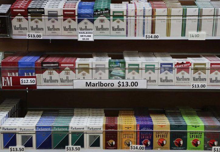 Imagen de archivo de un exhibidor de cigarrillos en una tienda de Nueva York. (Agencias)