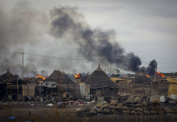 Imagen cedida por la misión de la ONU en Sudán (UNMIS) de varias casas ardiendo en el centro de Abyei, tras la acción ofensiva de las Fuerzas Armadas de Sudán. (Archivo/EFE)