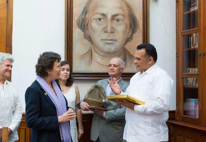 El gobernador Rolando Zapata Bello y la embajadora de Francia en México, Maryse Bossiére, se reunieron para tratar de lograr mayores intercambios no solo culturales y académicos. (Foto cortesía del Gobierno de Yucatán)