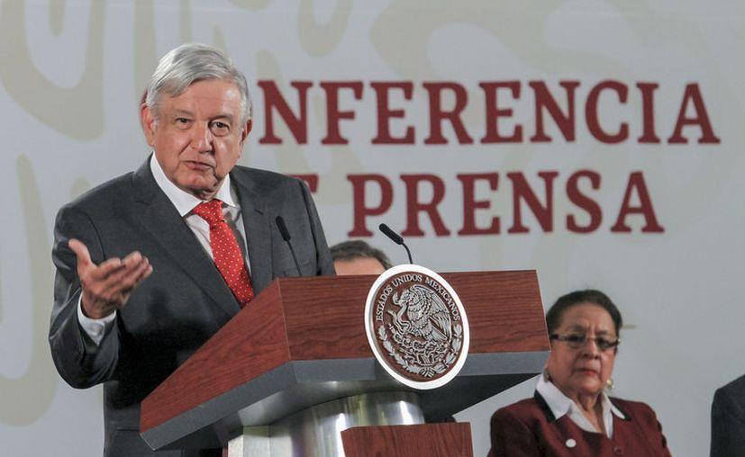 AMLO anunció que un grupo de empresarios adquirió la mitad de los 'cachitos' para la rifa del avión presidencial. (Foto: Notimex).