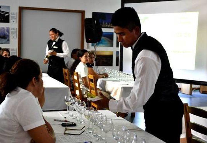 Pretenden profesionalizar a personas en el área de servicios relacionados con la degustación de vinos. (Cortesía/SIPSE)