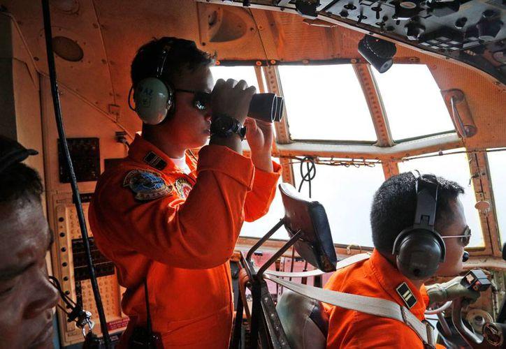 La búsqueda del avión extraviado de AirAsia han sido, hasta ahora, infructuosas. La imagen corresponde a un avión de la Fuerza Aérea de Indonesia que 'peina' la zona en donde pudo haber desaparecido. (AP)