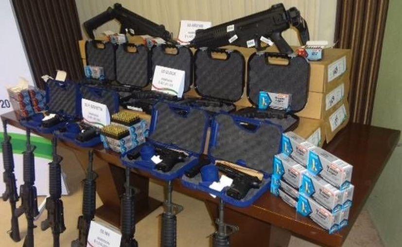 El gobierno estatal entregó la dotación de armas al Concejo municipal. (Redacción/SIPSE)