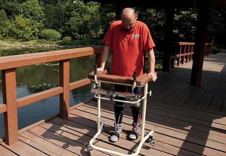 Darek Fidyka debe apoyarse en una andadera para poder caminar. (theguardian.com)