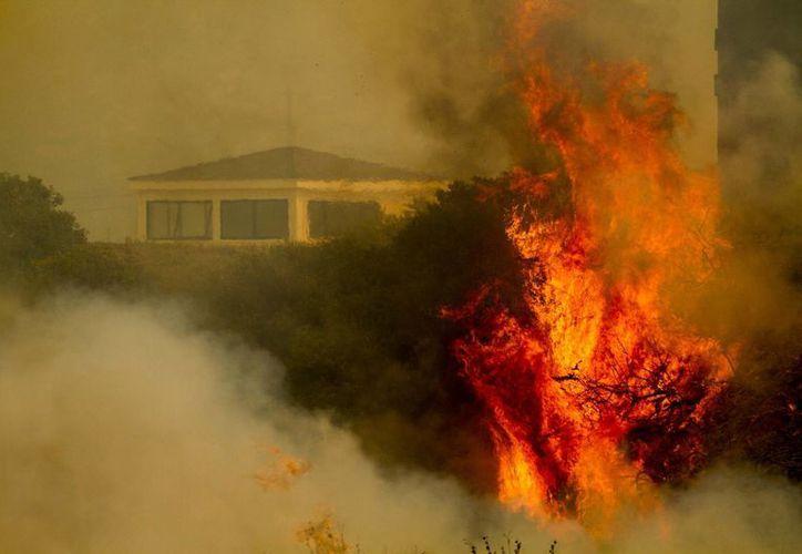 La llama y el humo se elevan desde la base naval de Point Mugu, California. (Agencias)