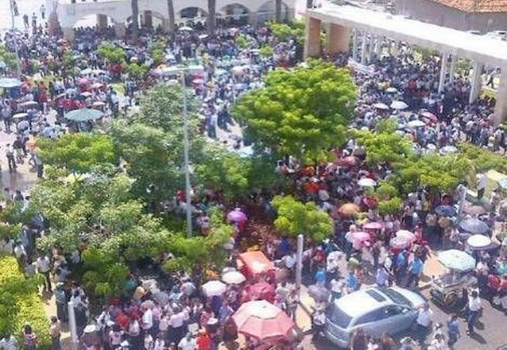 Los líderes docentes sindicales se encuentran negociando después de haber presidido la marcha que llegó hasta la Plaza de Armas (foto). (Milenio)