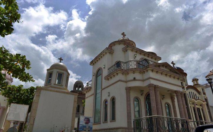 Los nombres de los propietarios de los mausoleos se omiten a propósito, para evitar que los grupos antagónicos los vandalicen. (AP/Fernando Brito)