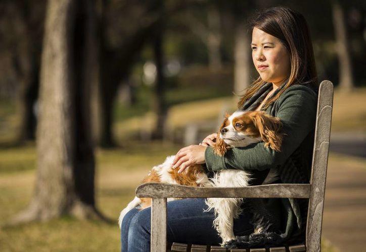 Nina Pham, quien aparece con su perro Bentley, sobrevivió al virus del ébola después de contagiarse del primer paciente diagnosticado con el virus en EU en el hospital en Texas donde trabajaba y al que ya demandó. (Foto: AP)