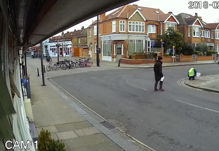 Al hombre le cayó un bloque de hielo, de unos 10 kilos, a unos pocos metros de distancia. (Foto: Captura de video)