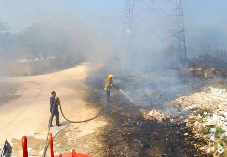 El fuego consumió más de una hectárea de zonas baldías. (Daniel Pacheco/SIPSE)
