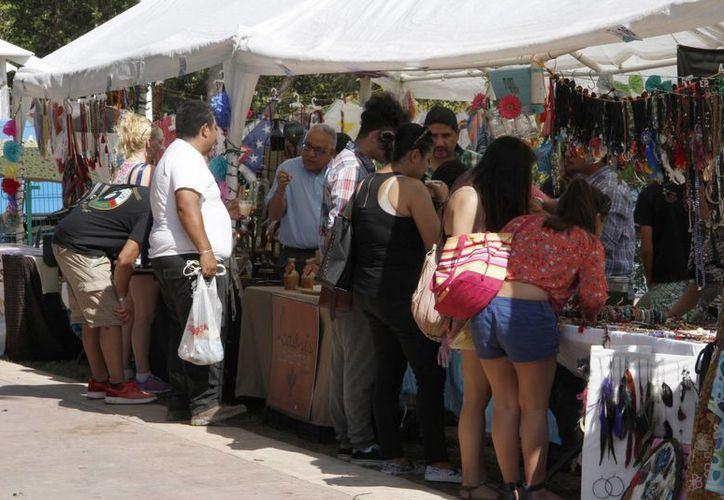 El artesano local, Dante López, se ha presentado en la feria artesanal Manos Mágicas de Cancún. (Victoria González/SIPSE)