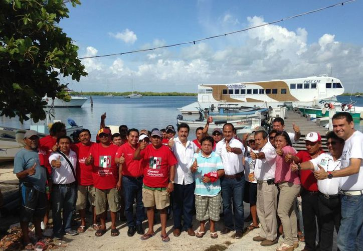 Candidatos platicaron con pescadores. (Lanrry Parra/SIPSE)
