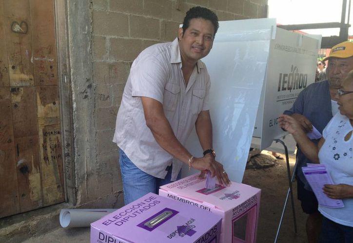 El candidato del PT, al momento de emitir su voto. (Ángel Mazariego/SIPSE)