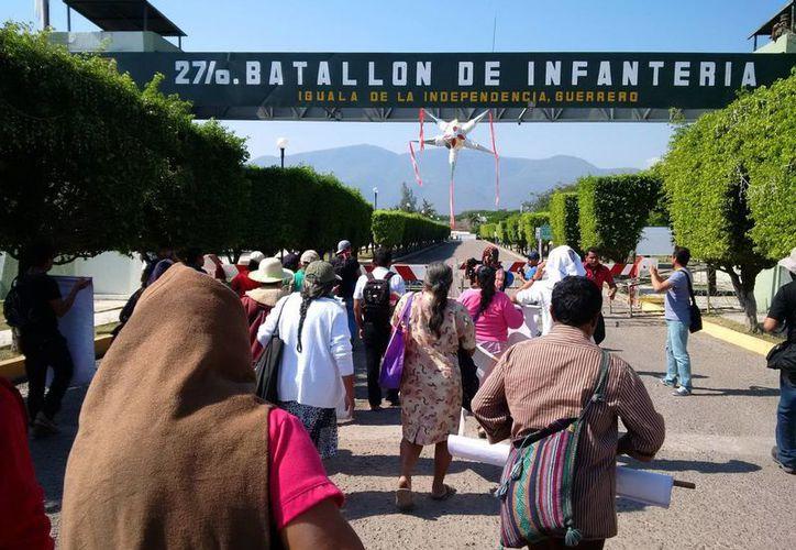 Una docena de padres de los estudiantes y líderes estudiantiles se presentaron en el 27 Batallón de Infantería un día después de los hechos en Iguala. (ejecentral.com.mx)